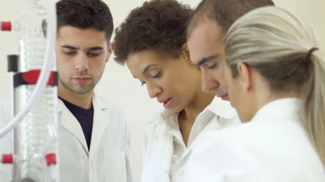 Team der Wissenschaftler in einem Labor