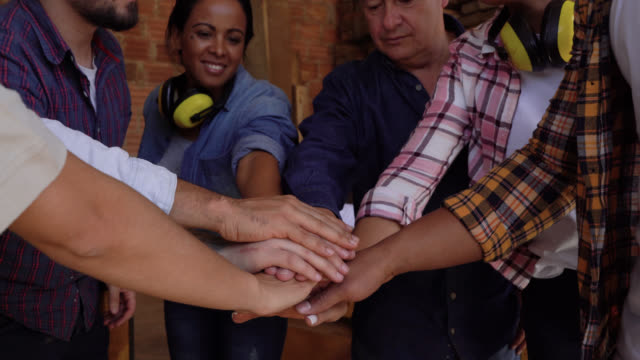 team von arbeitern in einer holzfabrik alle mit händen zu feiern und zu tun high five - schreiner stock-videos und b-roll-filmmaterial