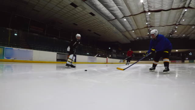 チーム トレーニング ・ ドリル - アイスホッケー点の映像素材/bロール