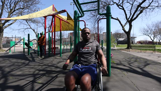 team usa para powerlifter garrison redd trains in his wheelchair doing chin-ups in robert e. venable park on april 06, 2021 in brooklyn, new york.... - pull ups stock videos & royalty-free footage