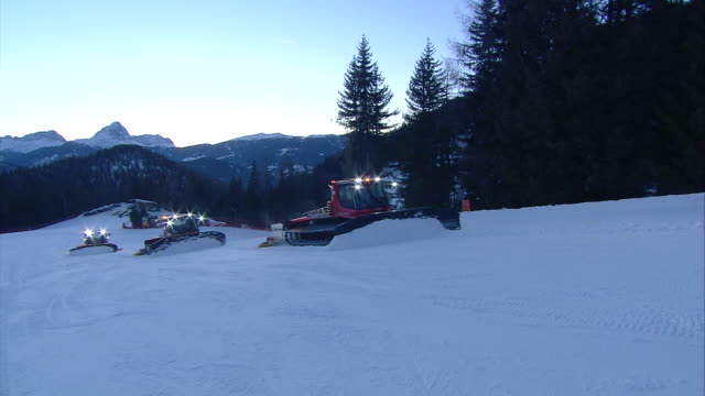 stockvideo's en b-roll-footage met team work, snow groomers on the slopes - kabelwagen