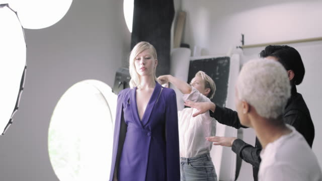 vidéos et rushes de team working behind the scenes of a photoshoot - fashion show