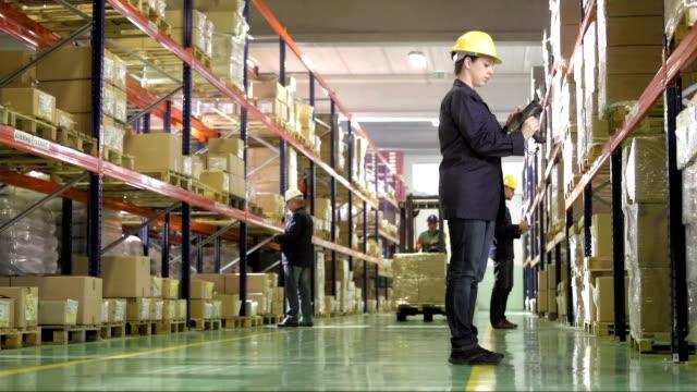 Equipo de trabajo en el almacén