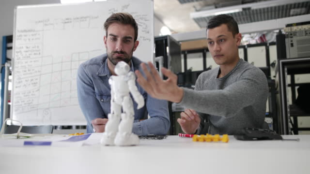 vidéos et rushes de team working on robotic technology - entrepreneur