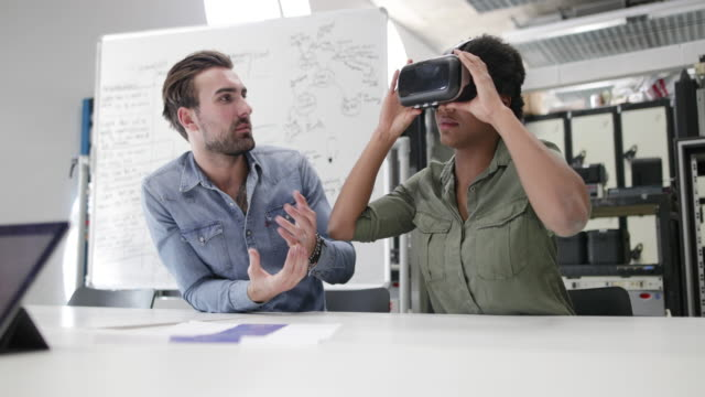 team working on virtual reality headset - virtuelle realität stock-videos und b-roll-filmmaterial