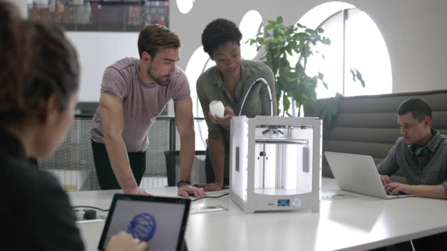 vídeos de stock, filmes e b-roll de team working with 3d printer - nova empresa