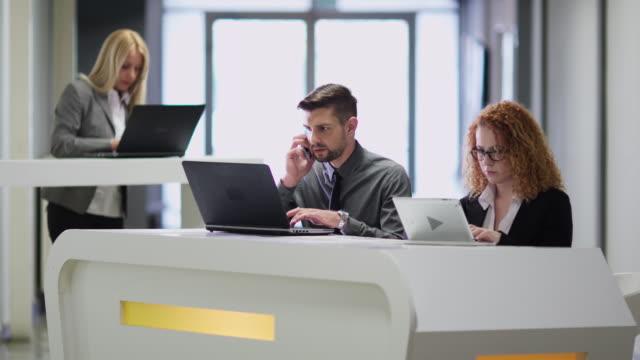 vídeos de stock e filmes b-roll de teamwork business people in office - finanças internacionais