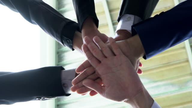 teamarbeit-konzepte. geschäftsleute, die sich die hand. slow-motion. - berufliche partnerschaft stock-videos und b-roll-filmmaterial