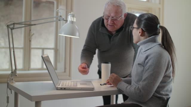 teamarbeit. co-working an einem projekt. brainstorming. - marketing stock-videos und b-roll-filmmaterial