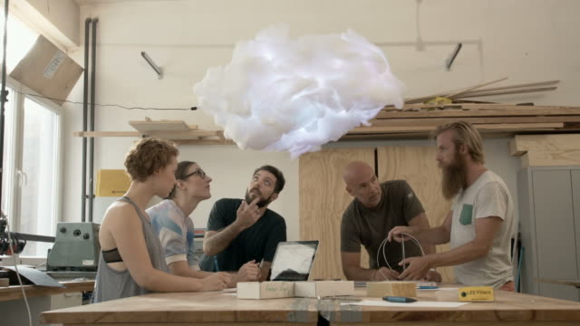 teamwork in maker community - wissenschaftliches experiment stock-videos und b-roll-filmmaterial