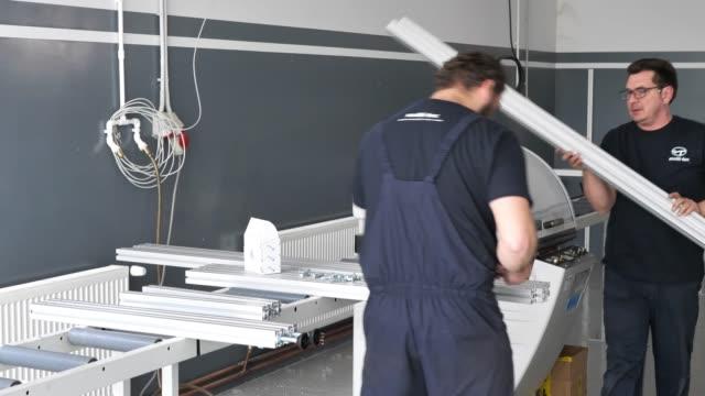 vidéos et rushes de travail d'équipe dans l'industrie du métal et de la construction. - manufacturing occupation