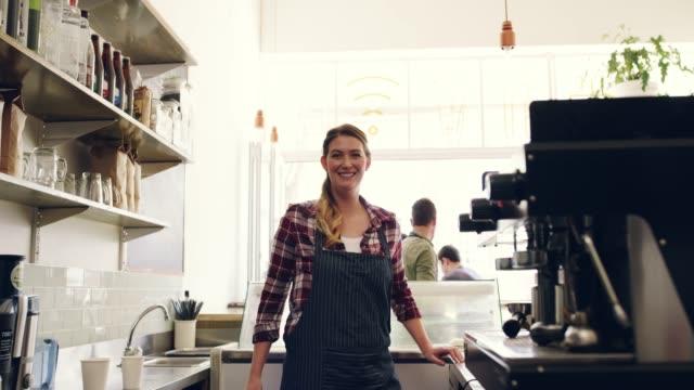 vídeos y material grabado en eventos de stock de el trabajo en equipo hace que la cafetería trabaje - mostrador de tienda para pagar