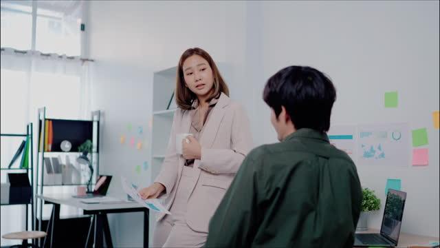 vídeos de stock, filmes e b-roll de o trabalho em equipe faz o sonho funcionar. - analisar