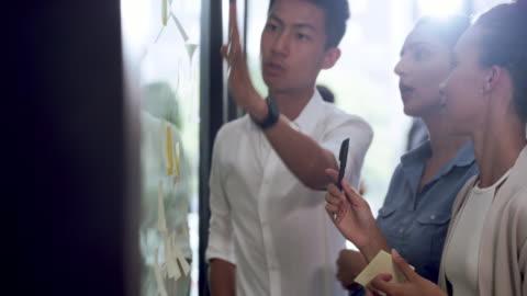 vídeos y material grabado en eventos de stock de trabajo en equipo hace la tarea mucho más fácil - diversidad
