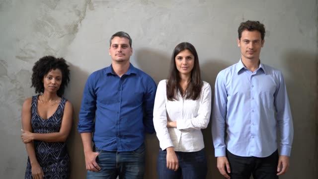 vídeos de stock, filmes e b-roll de retrato do trabalho em equipe / candidatos - ficando de pé