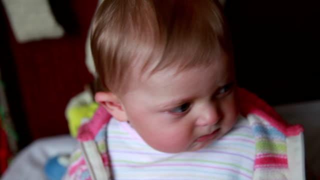 カメラを見て涙の赤ちゃん - 口を尖らせる点の映像素材/bロール