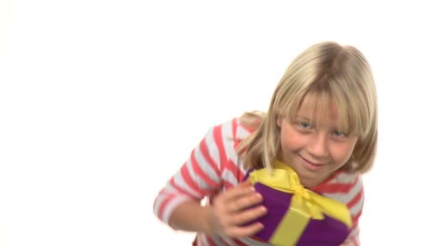 vídeos de stock e filmes b-roll de hd: traquina - só uma rapariga