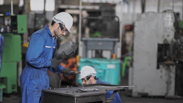 vidéos et rushes de travailleur technique métal et mentor à l'aide d'un broyeur à l'usine - outil de production