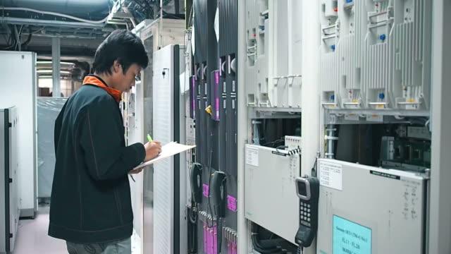 Techniker, die im Büro Netzwerk
