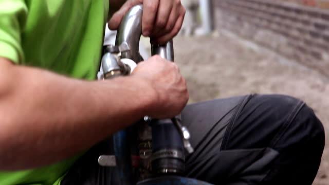 vídeos y material grabado en eventos de stock de técnico finetuning una herramienta de presión - llave herramienta de mano