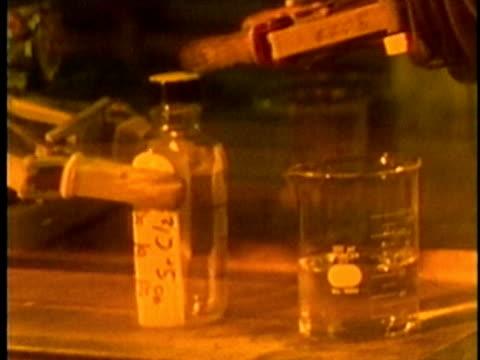 vídeos y material grabado en eventos de stock de 1969 montage technician handling radioactive material in laboratory glovebox/ oak ridge, tennessee, usa/ aidio - cámara de aislamiento con guantes