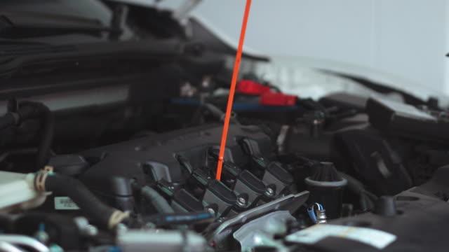 vídeos de stock, filmes e b-roll de mãos do técnico do mecânico de carro que trabalha no auto reparo serviço e carro da manutenção - motor