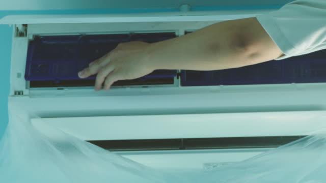 vídeos y material grabado en eventos de stock de técnico es limpiar el acondicionador de aire - lavar