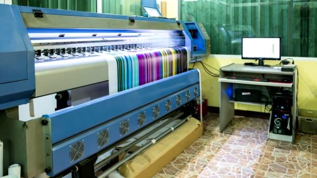 vídeos de stock e filmes b-roll de technician printing vinyl multi color cmyk on inkjet printer - etiqueta mensagem