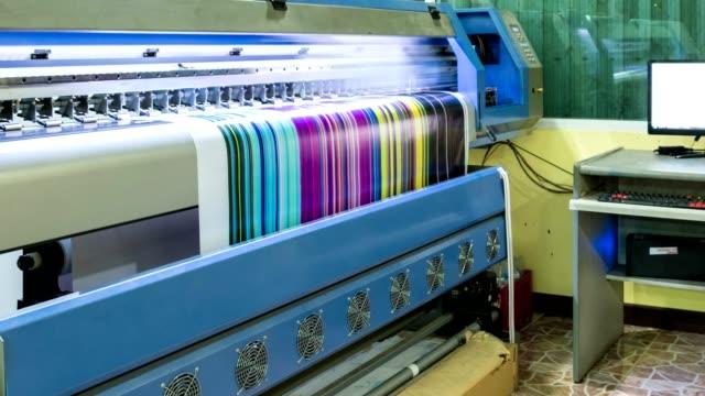 vidéos et rushes de technicien d'impression vinyle multi couleur cmjn sur imprimante jet d'encre - fer