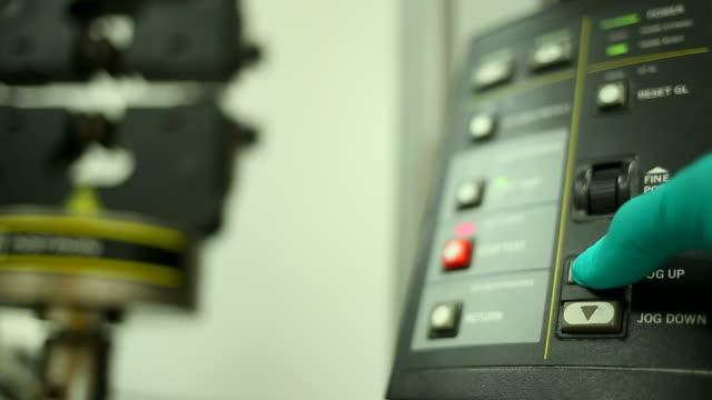 vídeos de stock e filmes b-roll de technician programming a machine in the factory - flexibilidade