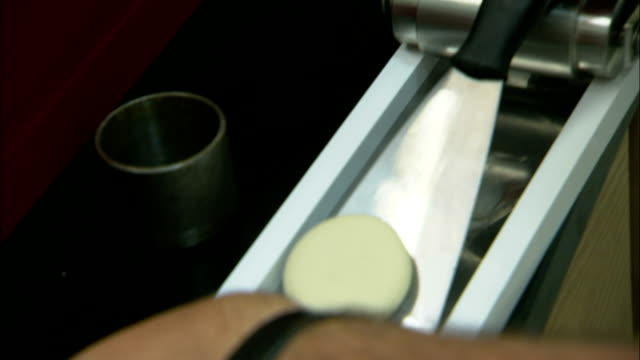 stockvideo's en b-roll-footage met a technician uses a spatula to scoop a compound and places it onto a container shelf. - handen in een kommetje