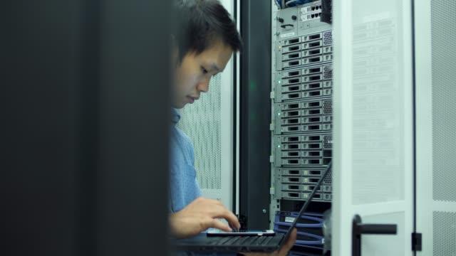 IT-tekniker som arbetar på en bärbar dator