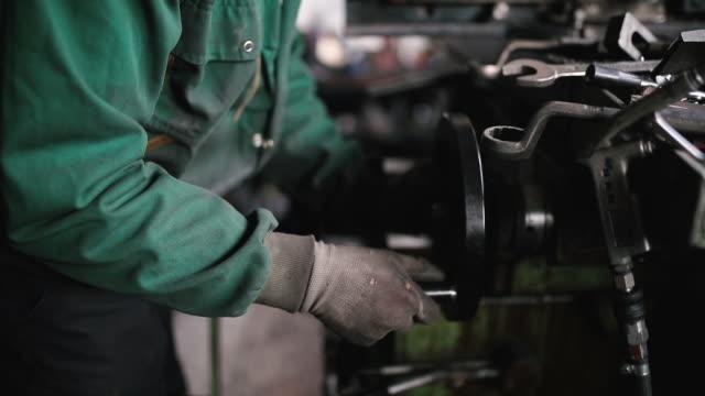stockvideo's en b-roll-footage met technicus werken aan een metalen draaibank - productielijn werker
