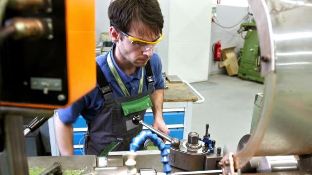 MS Techniker arbeiten auf einem Metall Drehmaschine