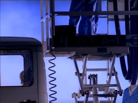 vídeos y material grabado en eventos de stock de technicians lowered on platform of aviation fuel truck at night - vehículo comercial terrestre