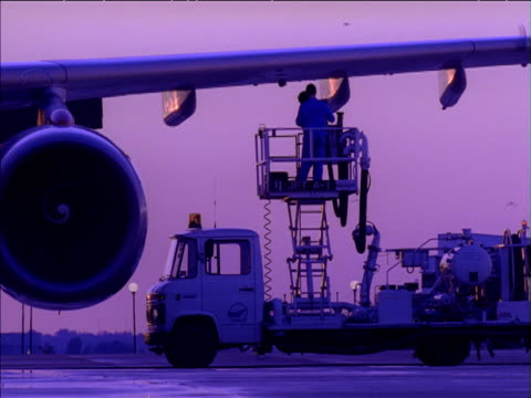 technicians on platform attach fuel line to wing of aircraft - refuelling stock videos & royalty-free footage
