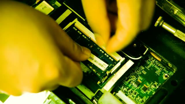 vídeos y material grabado en eventos de stock de que los técnicos - herramienta de mano