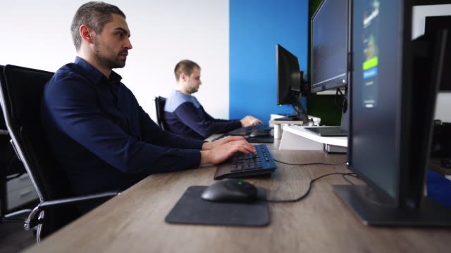 it-techniker arbeiten im büro - employee stock-videos und b-roll-filmmaterial