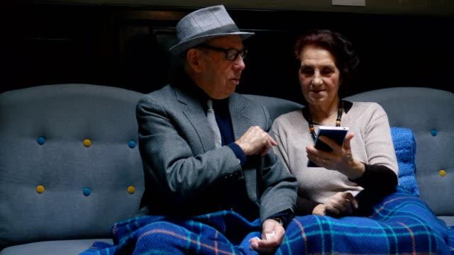 vídeos de stock, filmes e b-roll de tecnologias facilitadas sua vida - idoso na internet