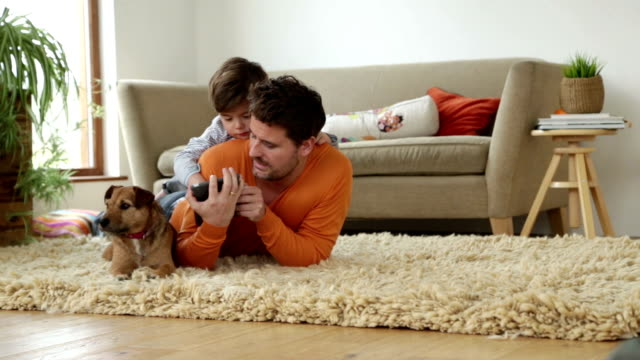 technologie wie zu hause fühlen. - single father stock-videos und b-roll-filmmaterial