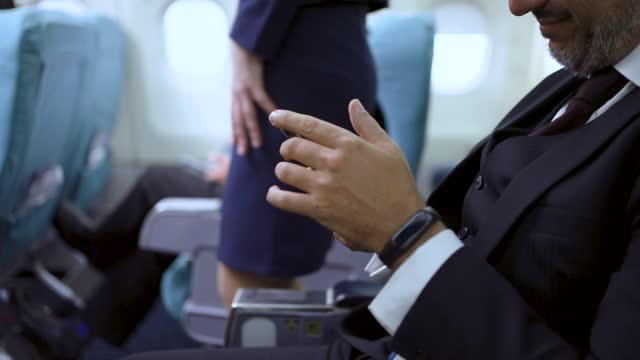 テクノロジービジネスマン - arrival点の映像素材/bロール