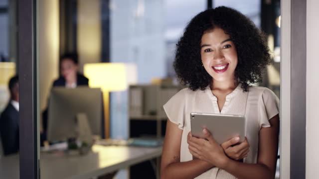 vidéos et rushes de la technologie m'aide à m'associer facilement au succès - bring your own device