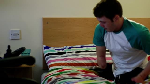 vídeos de stock e filmes b-roll de tecnologia na cama - paralisia