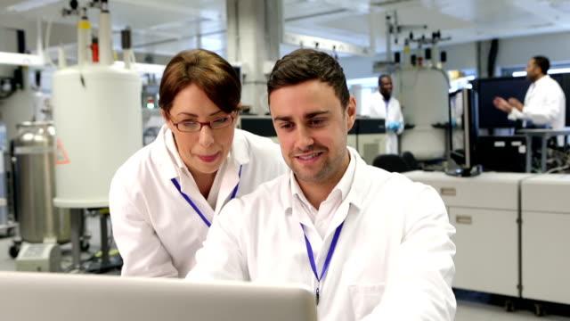 vídeos de stock e filmes b-roll de tecnologia nas ciências médicas - investigação médica