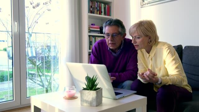 vídeos de stock e filmes b-roll de technology is helpful for us - idoso na internet