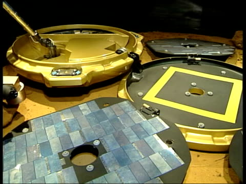 vídeos de stock e filmes b-roll de new mission to find life on mars itn england hampshire farnborough press conference to gives details of mission to mars model of beagle lander... - farnborough hampshire