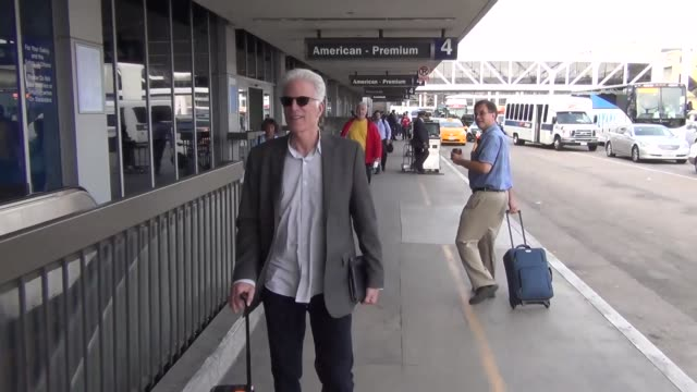 vídeos de stock, filmes e b-roll de ted danson at los angeles international airport at celebrity sightings in los angeles on october 23 2015 in los angeles california - ted danson