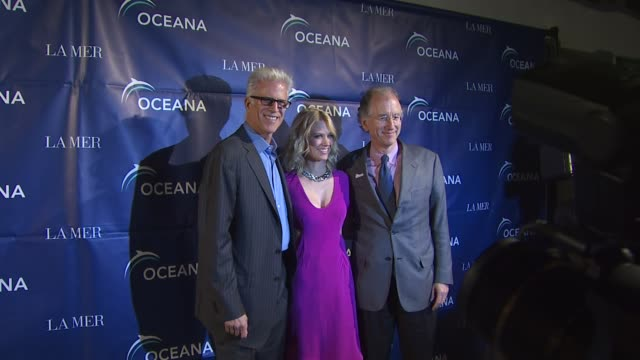 ted danson, january jones at the oceana annual partners award gala 2009 at los angeles ca. - テッド・ダンソン点の映像素材/bロール
