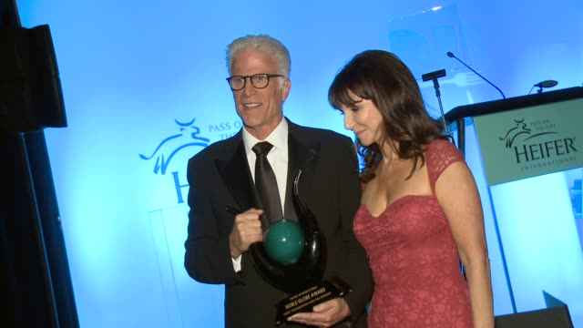 ted danson, mary steenburgen at heifer international's beyond hunger: a place at the table on 9/21/12 in los angeles, ca - テッド・ダンソン点の映像素材/bロール