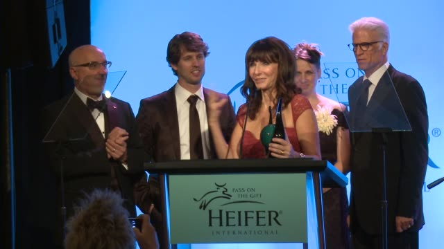 ted danson, mary steenburgen on the event at heifer international's beyond hunger: a place at the table on 9/21/12 in los angeles, ca - テッド・ダンソン点の映像素材/bロール